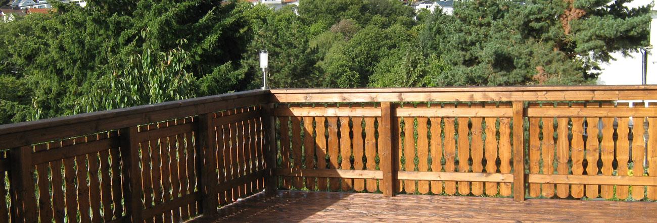 Balkone und Holzterrassen
